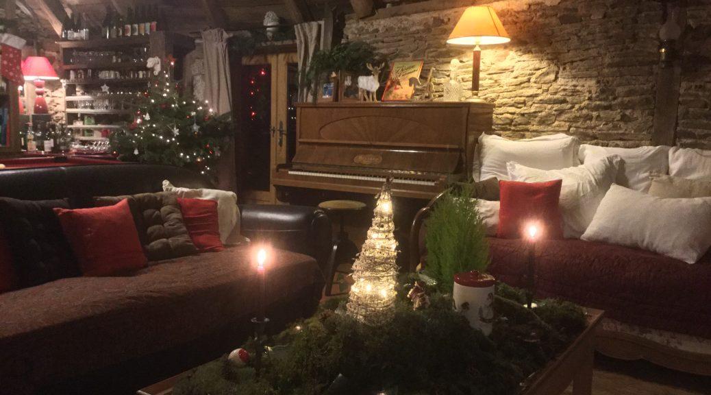 Les Grangettes bibliothèque billard salon avec décorations de Noël
