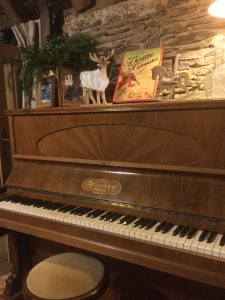 Les Grangettes bibliothèque billard salon avec décorations de Noël et piano