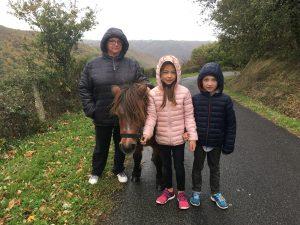La petite ponette shetland en ballade avec Cloclo et ses petits enfants : Jules et Jade